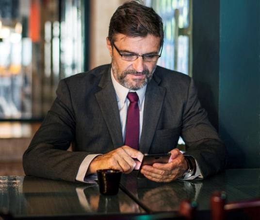 uomo smartphone inviare denaro all'estero